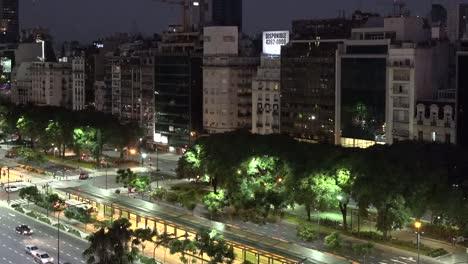 Argentina-Buenos-Aires-Tráfico-Nocturno-Inclinado-Hacia-Arriba