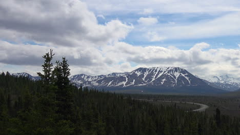 Alaska-Denali-View-Of-Mountains-And-Cloudy-Sky-Zoom-Out