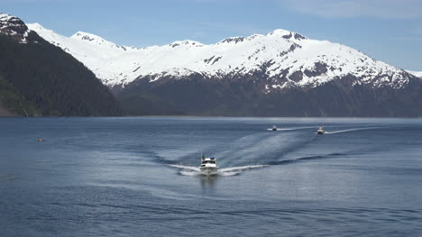 Alaska-Boats-In-A-Row-With-Wakes