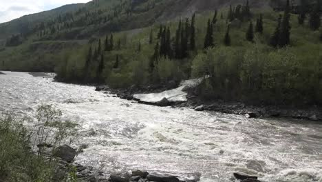 Alaska-Stream-Flowing-Zoom-To-Snow