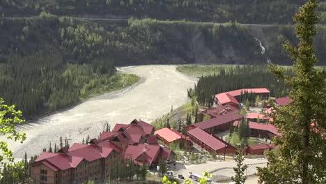 Alaska-Zoom-Y-Pan-Edificios-Por-Río