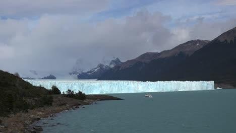 Argentina-Boat-Approaching-Perito-Moreno-Glacier