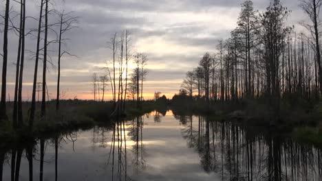 Georgia-Okefenokee-Sol-Brilla-A-Través-De-Las-Nubes-Sobre-El-Pantano