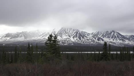 Alaska-Montaña-Nevada-Y-Nubes-Bajas-Acercar