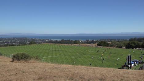 Kalifornien-Santa-Cruz-Disc-Tourney-Warmups-Mit-Stadt-Im-Hintergrund