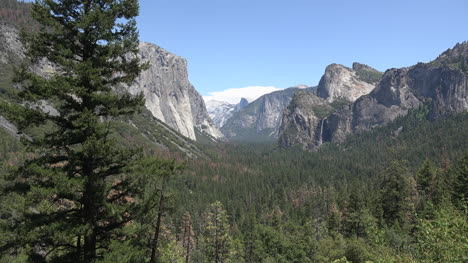 California-Yosemite-Zooms-In-From-Valley-View