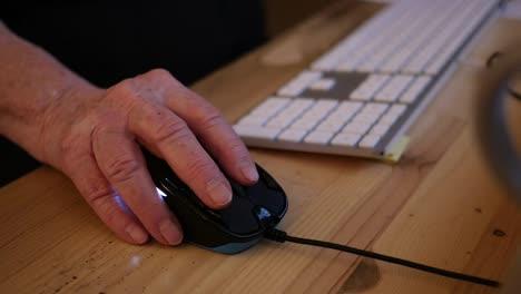 Mano-Vieja-Y-Mouse-De-Computadora