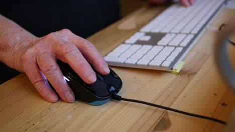 La-Mano-Vieja-Se-Mueve-Del-Teclado-De-La-Computadora-Al-Mouse