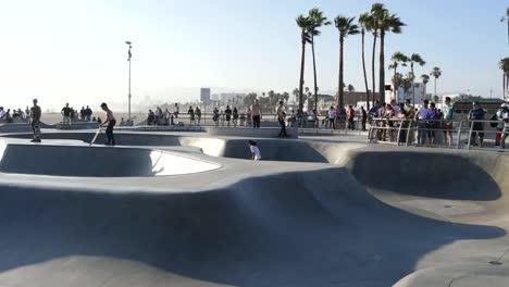 Los-Angeles-Venecia-Beach-Skate-Park-Con-Impresionante-Pan-De-Salto