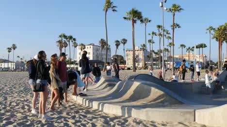 Los-Angeles-Venecianos-Espectadores-De-Playa-En-El-Borde-Del-Skate-Park