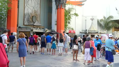 Los-Angeles-Tourists-In-Front-Of-Chinese-Theater