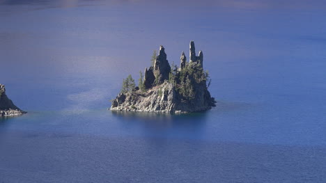 Oregon-Crater-Lake-Phantom-Ship-Island-In-Blue-Water-Zooms-Out