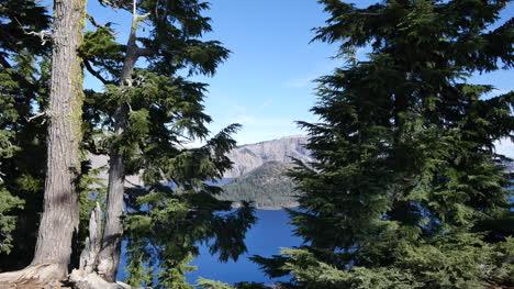 Oregon-Crater-Lake-Wizard-Island-Visto-A-Través-De-Ramas-De-Los-árboles