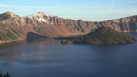 Lago-Del-Cráter-De-Oregón-Y-La-Isla-De-Los-Magos-Después-Del-Amanecer-Lago-Del-Cráter-De-Oregon-E-Isla-De-Magos-Después-Del-Amanecer