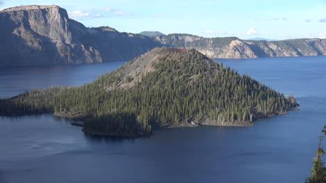 El-Lago-Del-Cráter-De-Oregón-Y-La-Isla-Mágica-Se-Alejan