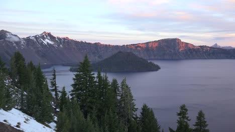 Lago-Del-Cráter-De-Oregon-Amanecer-E-Isla-Del-Mago-Oregon-Crater-Lake-Amanecer-And-Wizard-Island