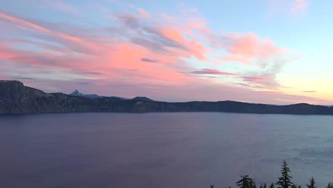 El-Amanecer-Del-Lago-Del-Cráter-De-Oregón-Con-árboles-En-Primer-Plano-Se-Aleja-Oregon-Crater-Lake-amanecer-Con-árboles-En-Primer-Plano-Se-Aleja