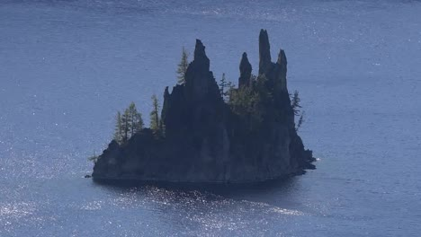 Oregon-Crater-Lake-With-Phantom-Ship-In-Pretty-Water-Zoom-In