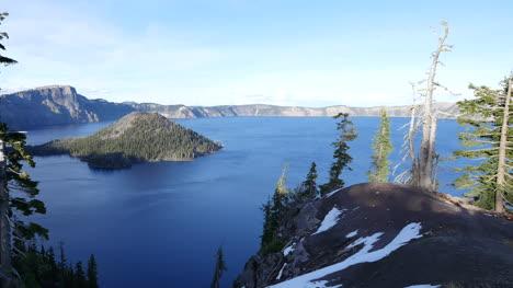 Lago-Del-Cráter-De-Oregón-Con-Sartenes-De-Isla-Mago-Izquierda