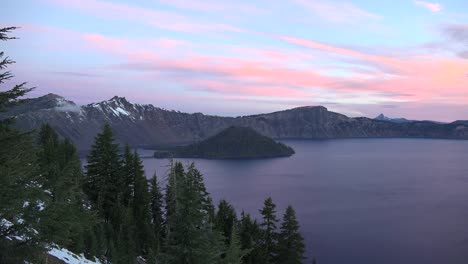 Oregon-Crater-Lake-Zooms-On-Wizard-Island-At-Dawn
