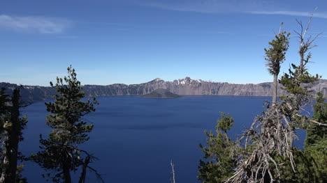El-Lago-Del-Cráter-De-Oregón-Se-Acerca-A-La-Lejana-Isla-De-Los-Magos