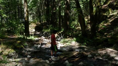 Oregon-Boy-Explora-Por-Corriente