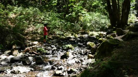 Oregon-Boy-A-La-Sombra-Por-La-Cacerola-De-La-Corriente