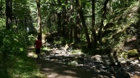 El-Muchacho-De-Oregon-Camina-Por-La-Cacerola-Y-La-Inclinación-De-La-Corriente