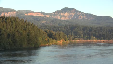 Oregon-Cliffs-In-Washington-Beyond-Río