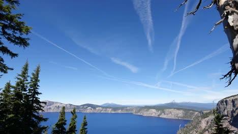 Estelas-De-Chorro-De-Oregón-Sobre-El-Lago-Del-Cráter-Alejarse