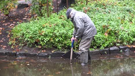 Oregon-Hombre-Trabajando-Bajo-La-Lluvia
