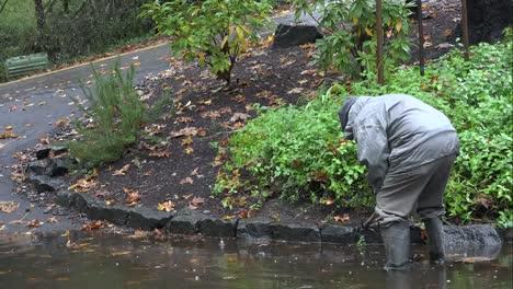 Oregon-Hombre-Trabajando-En-Drenaje-Bajo-La-Lluvia