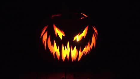 Halloween-Se-Acerca-A-La-Calabaza-De-Miedo