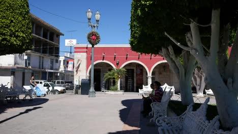 México-San-Julián-Plaza-Y-Vista-De-Arcade-Con-Cochecito-De-Bebé