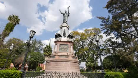 Mexico-Dolores-Hidalgo-Statue-With-Pigeons