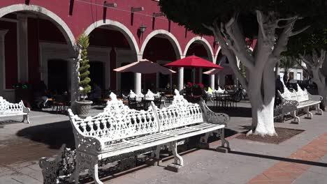 México-San-Julian-Hombre-En-Bicicleta-Pasa-Bancos