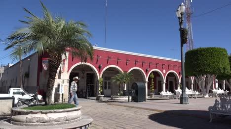 México-San-Julian-Hombre-Camina-Por-Arcos