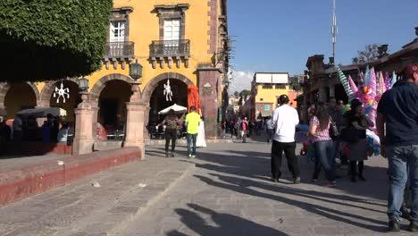 México-San-Miguel-Gente-Caminando-En-La-Plaza