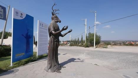 México-Estatua-De-San-Miguel-Con-Cabeza-De-Ciervo-Y-Taxi