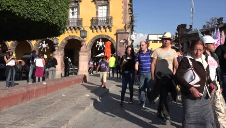 Mexico-San-Miguel-Tourists-And-Giant-Figure-Zoom-Out