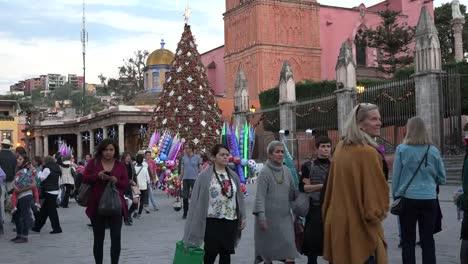 México-San-Miguel-Turistas-Pasear-Por-árbol-De-Navidad