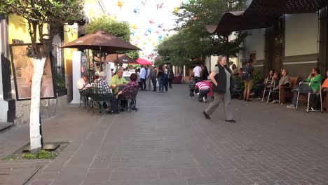 Mexico-Tlaquepaque-People-On-Walkway-Time-Lapse