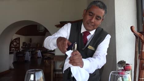 Mexico-Waiter-Opening-Wine