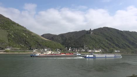 Alemania-Rin-Barcazas-Y-Barcos-Debajo-De-Lapso-De-Tiempo-Burg-Maus