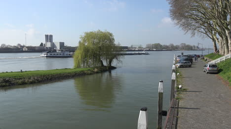 Netherlands-Schoonhoven-Barge-And-Willow-And-Walkway-Time-Lapse