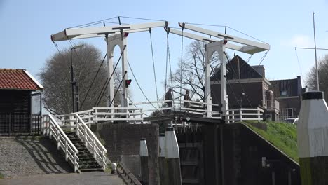 Netherlands-Schoonhoven-Couple-On-Drawbridge