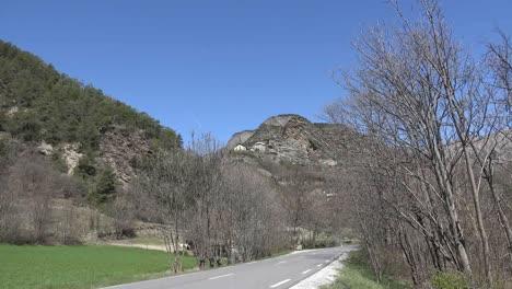 Francia-Casas-E-Iglesia-En-Lo-Alto-Del-Valle-De-Ubaye-Alejarse-A-La-Carretera