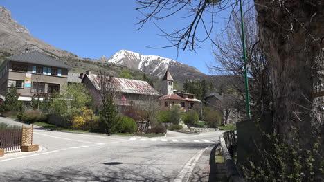 Francia-Meyronnes-Iglesia-En-Pueblo-Se-Acerca