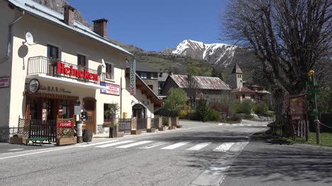 Francia-Meyronnes-Con-Cafe-E-Iglesia