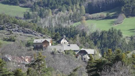Francia-Iglesia-Y-Casas-En-Aldea-Cerca-De-Barcelonette